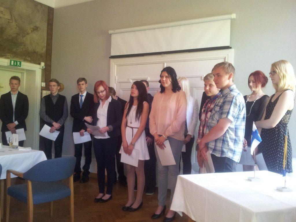 Matkalippu tulevaisuuteen -palkintojenjakotilaisuudessa keväällä 2013 Suomalaisella Klubilla kesätyöpaikalla palkittuja nuoria.